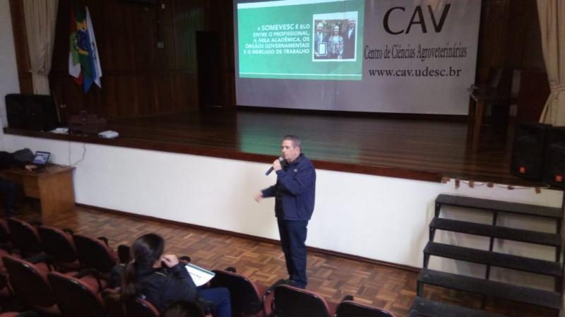 Presidente da Somevesc participa de evento destinado a alunos e médicos veterinários em Lages